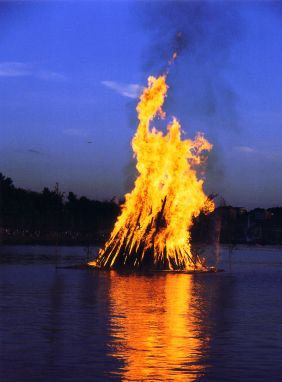 MidsummerNightBonfire2